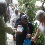 Ilyas Distribution hebdomadaire de riz devant Swades GH