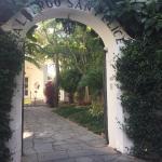 Li Campi 通りから見たホテル入り口