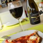 Pizza y vino tinto