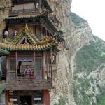 le temple est étagé sur le flanc de la montagne