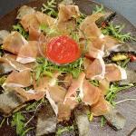 Pizza arrotolata sul tagliere con impasto al carbone vegetale