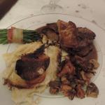 filet de boeuf rossini et son jus à la fleur de thym, accompagné d'une pôelée forestière maison