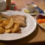 Flądra, pieczone ziemniaki i zestaw surówek