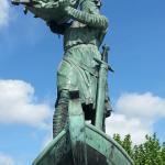 """Denkmal """"Hagen versenkt den Nibelungenschatz"""" am Rhein"""