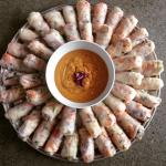 Rice noodle rolls with spicy peanut sauce