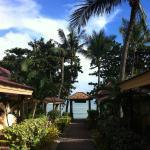 chemin qui mène à la plage depuis les bungalows