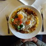 Winzerrösti mit Salat: Speckrösti mit Käse überbacken - Spiegelei