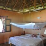 Interior de la cabaña con diseño ecológico