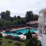 Widok na basen i restaurację