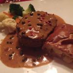 Filetsteak vom Österreichischen Ochsen mit Pfefferrahmsauce, Kartoffelstrudel und Gemüse