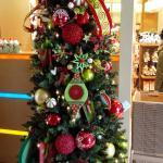 クリスマスシーズンのエミオンホテルのツリー。 南国調だったり毎年変わるツリーがきれいです。 ロビーは明るく広いので開放感があります。 日曜日の朝、フラダンスのショーが見れます。 とても、ステキ