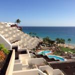 Aussicht vom Zimmer auf Hotel und Strand