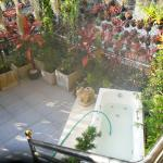 Terrasse with jacuzzi just above the busy street