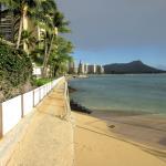 ホテル前のビーチは狭いですがダイアモンドヘッドが見えるすばらしいビーチです。