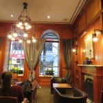 El lobby, donde hay una cafetera con varias opciones de bebidas calientes