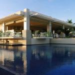 Main pool with swim-up bar and Isla Grill on top