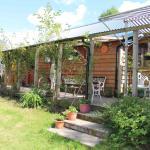 The covered Bunkhouse verhanda and garden