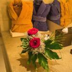 -----Brautstrauß----- im Bad und farbige Bademantel für das neue Ehepaar ;)