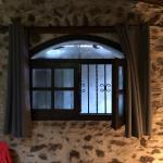 La fenêtre de la chambre #5 donnant sur un mur