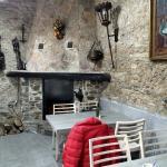 La salle à manger pour le petit déjeuner avec la cheminée