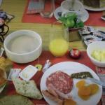un petit déjeuner sucré/salé gargantuesque