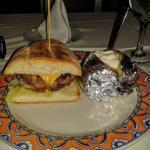 Hambúrguer em pão artesanal com batata assada: 500 pesos sem imposto nem gorjeta (729 pesos).