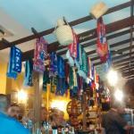 Típicas bufandas de fútbol llenan de color la barra de Tasca Ramón
