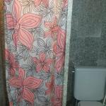 Cortininha no banheiro kkkk paredes sujas