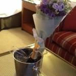 """El recibimiento con flores Champagne y lo mas rico """"macarrons"""""""