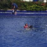 Mi hija feliz en la piscina
