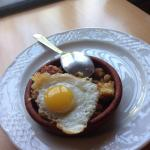 Tapas de migas con su huevo de codorniz
