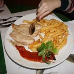 Plato único del menú infantil, pechuga de pollo con patatas y pimiento escalivado