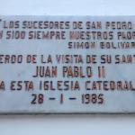 Placa recordatoria de la visita del Papa Juan Pablo ll