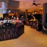 Buffet für den Hauptgang und innerer Teil des Restaurants