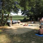 Blick auf den kleinen Strand und See