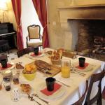 petits  déjeuners gourmands devant la cheminée ou au jardinn