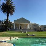 Pool mit Blick auf das Hauptgebäude