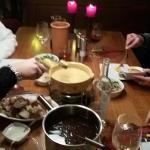 fonduta di carne per due persone. una di formaggio e l'altra di carne