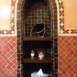 Viel Ablagefläche im geräumigen Badezimmer