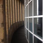 Balkon vor dem Zimmfenster, für alle Gäste zugänglich.