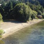 Vista de la playa sobre el lago