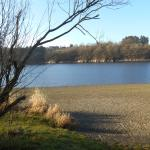 Le lac pour une promenade en pleine nature