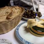 As entradinhas de azeitonas e queijos de ovelha alentejanos.