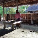 En la comunidad aprendiendo como se hace la chicha de yuca