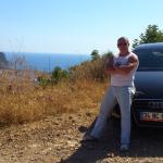 Прокат авто и на заднем плане побережье