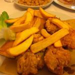 Fritto di pollo e coniglio con patate e verdure