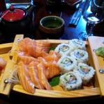 sashimis de saumon et maki saumon/avocats