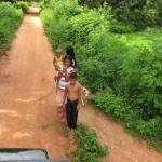 Kindertjes langs de weg - Jeep dorpentocht