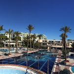 Blick auf Hotel vom Pool aus