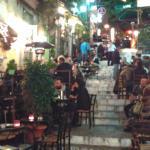 βράδυ τα σκαλάκια της Πλάκας που φιλοξενούν και το Γιασεμί